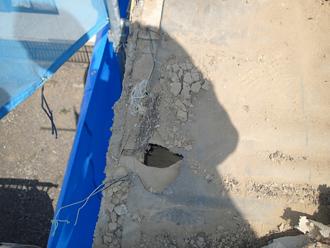江戸川区のアパート屋根葺き替え工事の工事の様子、防水紙に大きな穴が開いている