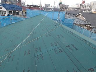 江戸川区のアパート屋根葺き替え工事の工事の様子、新規防水紙の設置