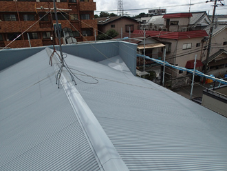 江戸川区のアパート屋根葺き替え工事の工事の様子、ガルバリウム波板を設置していく