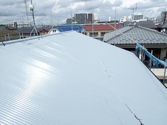 江戸川区のアパート屋根葺き替え工事の工事の様子、ガルバリウム波板を設置完了