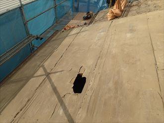 江東区で瓦屋根からコロニアルクァッドへ屋根葺き替え、野地板にぽっかりと大きな穴