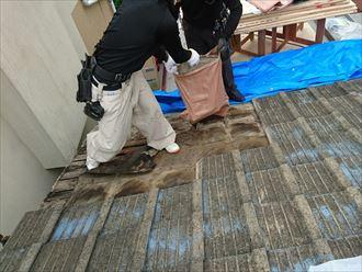 葛飾区|雨漏り発生に伴いラバーロック工法を施工した瓦をコロニアルへ葺き替え、瓦の撤去
