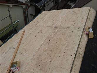 葛飾区|雨漏り発生に伴いラバーロック工法を施工した瓦をコロニアルへ葺き替え、野地板の増し張り