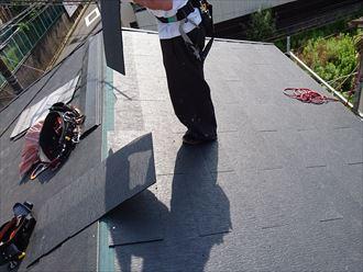葛飾区|雨漏り発生に伴いラバーロック工法を施工した瓦をコロニアルへ葺き替え、ケイミュー遮熱グラッサを葺いている様子