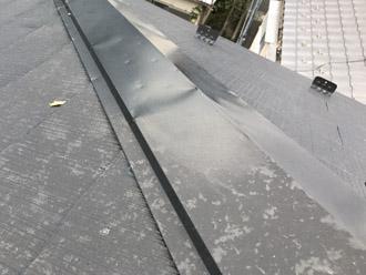 雹痕と凹みが存在する棟板金