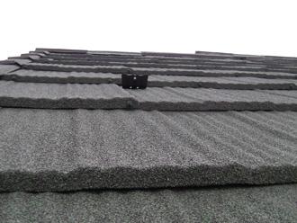 葛飾区 屋根カバー工法 エコグラーニを近くで見ると表面に自然石が施されているのがわかります