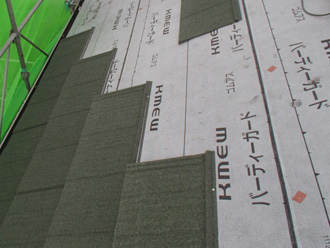 葛飾区 屋根カバー工法 屋根材(エコグラーニ)を設置