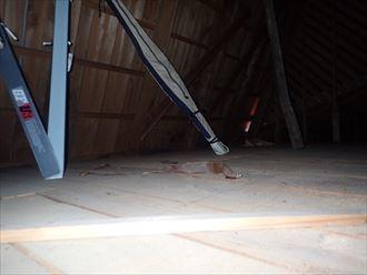 小屋裏の急勾配屋根面下部