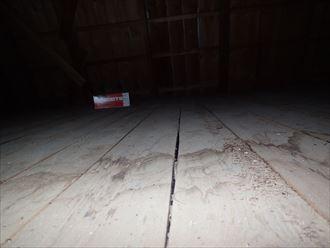 小屋裏内部漏水あと