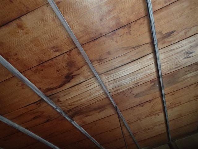 天井に残る雨漏り跡