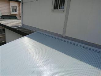 ガルバリウム鋼板製波板に葺き替え