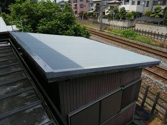 波板屋根を新たに葺いた物置
