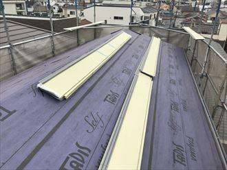 荒川区で雹災で破損したコロニアル屋根にヒランビーでカバー工事を行います