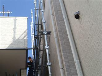 台東区で雨のち晴れの雨樋工事用部分足場掛け作業を行いました