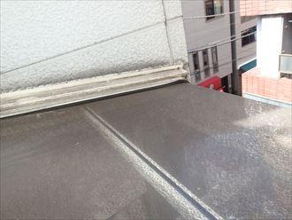 中央区の雨漏りは雹災によるポリカの割れが原因のようです