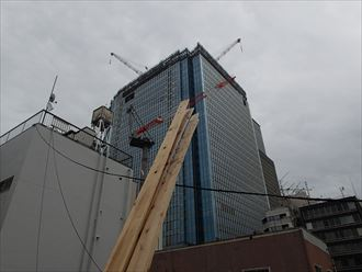新築高層ビルと貫板