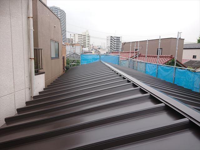 荒川区の雹災塗膜剥がれの鋼板屋根カバー工事が終了いたしました