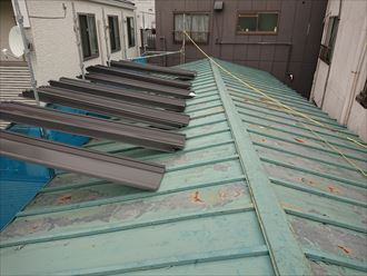 荒川区で塗膜の剥がれた鋼板屋根をガルバリウム鋼板屋根材でカバー工事へ