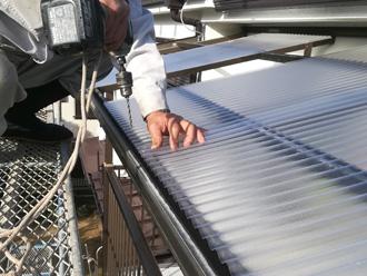 東京都北区 ポリカ波板をボルトで固定