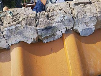 ひび割れた棟の土と漆喰