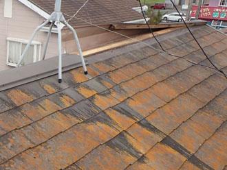 スレート屋根の剥がれた棟板金