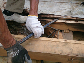 八王子市 バルコニーの床の防水工事 傷んだ木部の交換
