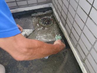 八王子市 バルコニーの床が劣化して雨漏りしている