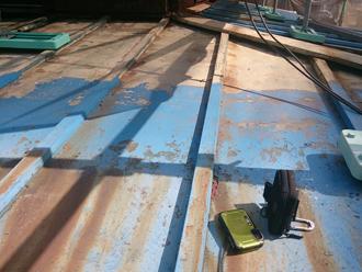 八王子市 瓦棒屋根の表面は塗膜が剥がれている