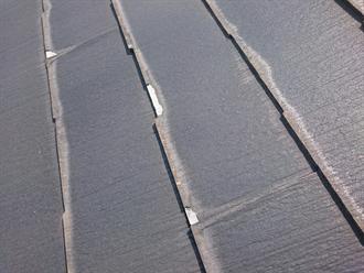 屋根材の剥がれと素地の露出