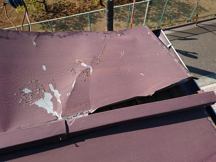 三鷹市で強風によって剥がれたトタン屋根に部分葺き替えと屋根塗装をご提案
