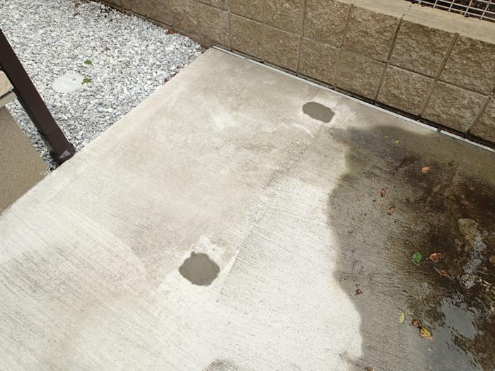 府中市 サイクルポートの骨組み部の穴をコンクリートで埋める