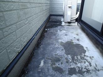 バルコニーの変色した床