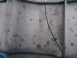 小金井市で割れた日本瓦の差し替えと一緒に漆喰(しっくい)の詰め直し工事
