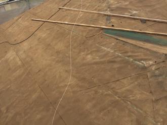三鷹市 屋根葺き替え工事 古い防水紙が劣化している
