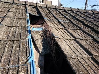 国立市で下地が腐食して穴が開いたセメント瓦屋根を葺き替えで直します