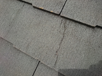ヒビ割れた屋根材
