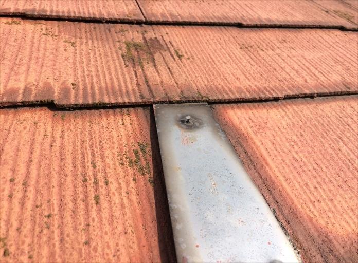 国立市の屋根調査、雪止め金具を固定する釘が露出していると漏水の危険性があります