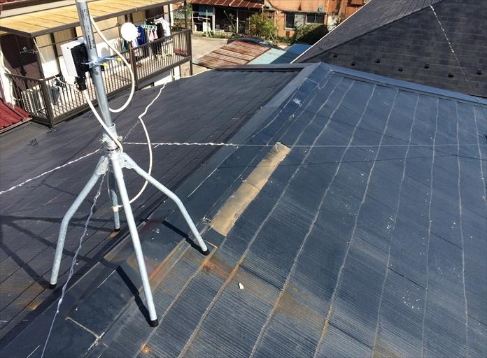 国立市にて台風で被災した屋根を調査、化粧スレートが飛散し棟板金も外れそうな状態です