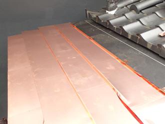 狛江市 庇の屋根部分には防水紙を設置しその上から銅板の屋根材を設置