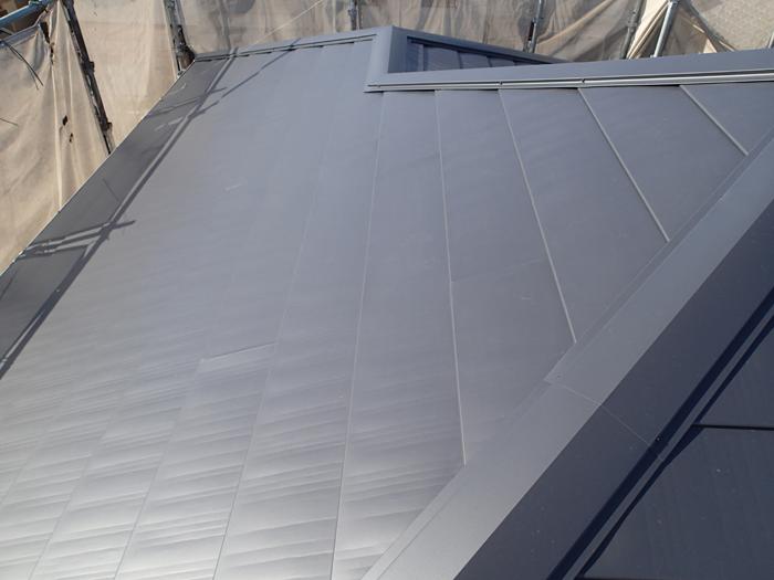 三鷹市で強風による飛来物で割れた瓦屋根を金属屋根へ屋根葺き替え工事