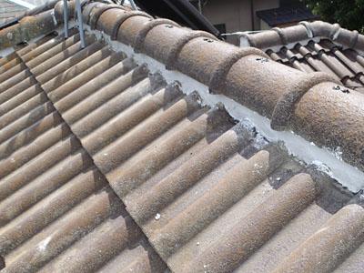 漆喰を詰め直したセメント瓦の屋根