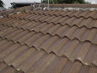 漆喰の剥がれたセメント瓦の屋根