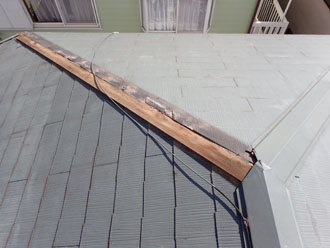 棟板金の剥がれた屋根