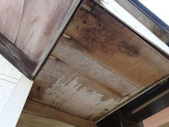 西東京市で軒天の剥がれが発生、原因は劣化と雨樋の排水不良