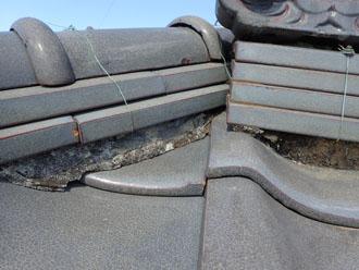 瓦屋根、棟の漆喰の剥がれ