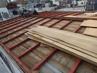 荒川区で台風被災で屋根が飛ばされたプレハブ屋根を縦葺き屋根材で葺き替え工事