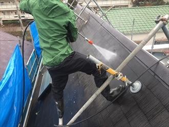高圧洗浄で屋根にこびり付いた汚れを落とします