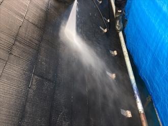 表面の汚れがどんどん落ちて雨樋に流れていきます