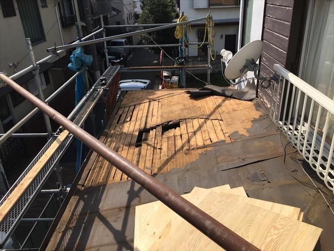 古い屋根をめくった状態
