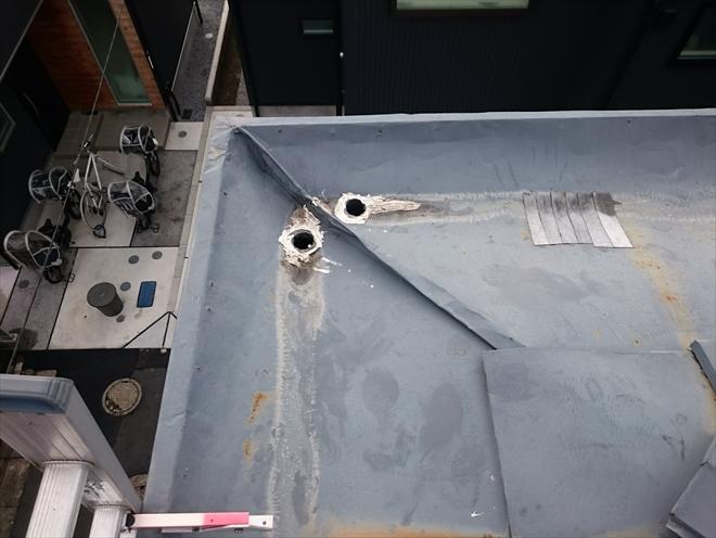 武蔵野市桜堤で雨漏りの原因になっている箱樋に上から屋根を被せて塞ぎます